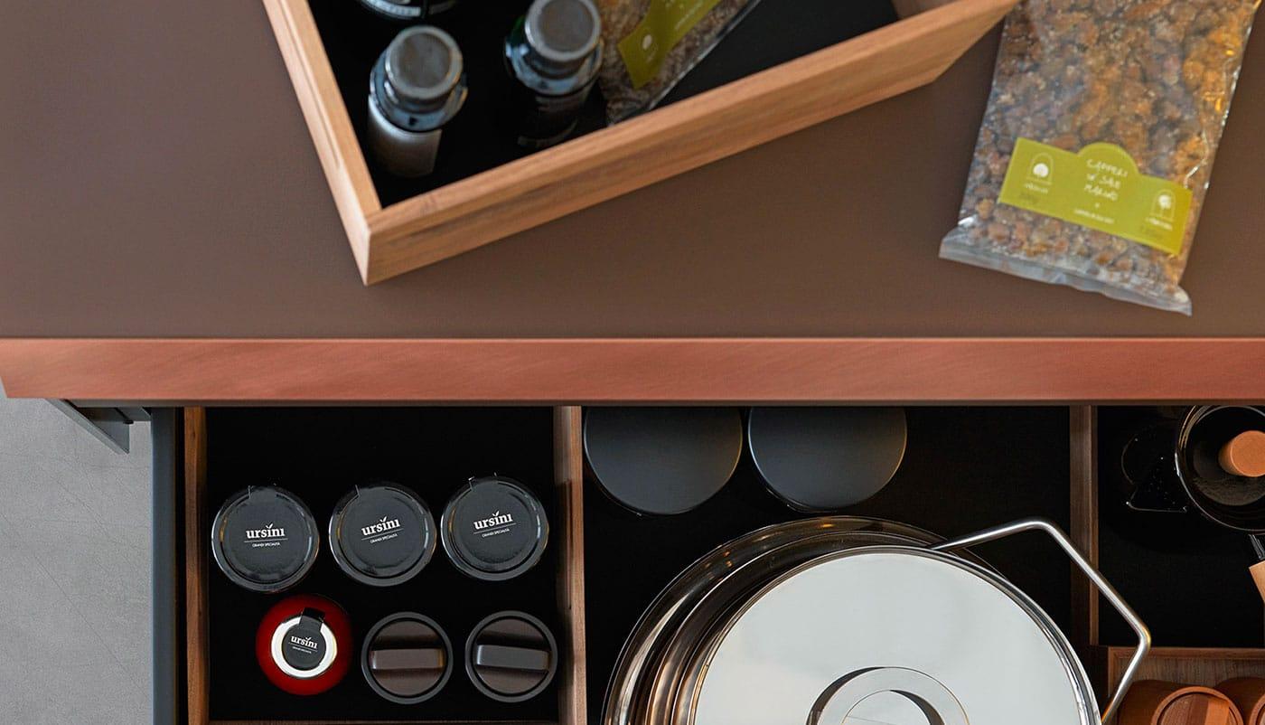 Cuisine Valcucine Genius Loci Vitrum Mocaccino opaque avec tiroir en cuivre | Cuisiniste Nice | Massimo Cucine
